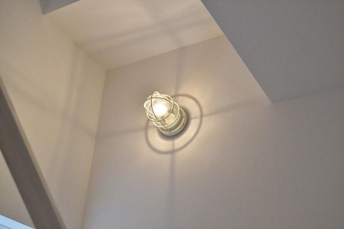 廊下の壁につけたマリンライトは、広々とした空間に落とす影がアーティスティックでさえあります。まるでおとぎ話が始まるような雰囲気を感じます。