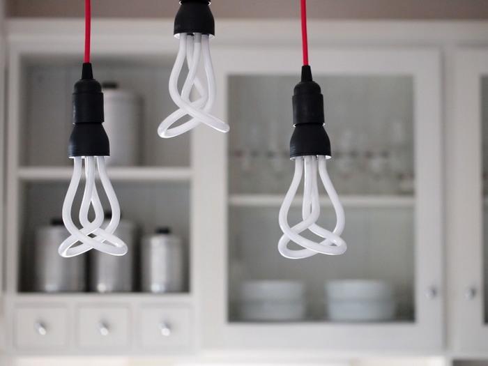 蛍光灯は白熱電球の約6倍のお値段ですが、電気代自体はリーズナブル。また、昼光色、白昼色、電球色という三色があり、設置場所に合った色味を選ぶこともできます。ただ、点灯してから明るさがマックスに達するまで時間がかかるというデメリットもあります。そのため、オンオフが頻繁な場所には不向きです。