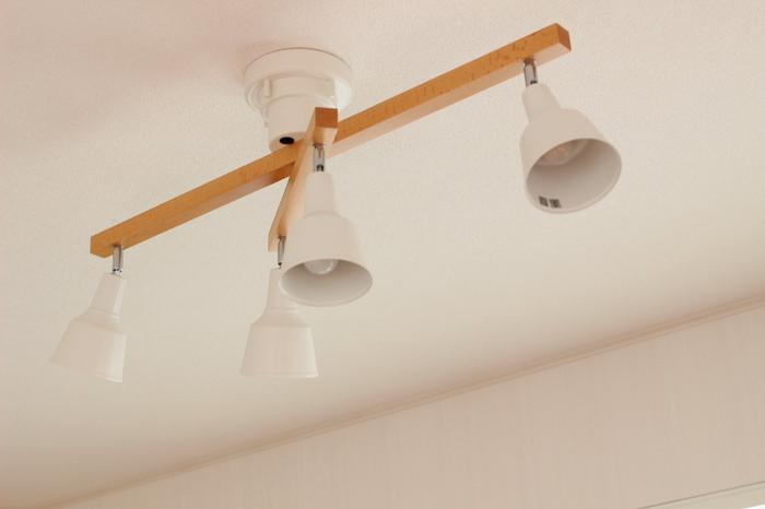 同じ天井から照らすタイプのライトでも、最近はスポットライト型を選ぶ人も多くなってきました。スポットライト型の照明は、明るいところと暗いところの濃淡ができるため、お部屋の印象が大きく変わります。リラックスできる雰囲気を作りたいなら、スポットライト型の照明もおすすめです。