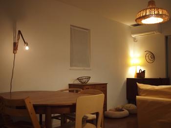リビングのような広めのお部屋でも、いくつかの照明を組み合わせると、明るさを確保できるとともに、光の陰影を際立たせることができるようになります。