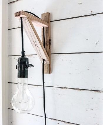 照明は概して高い位置につけることが多いので、自分好みの照明に取り替えるときは、しっかりと取り付けることがとても大切です。壁や天井などにつけるときは、石膏ボードなどが入っているかどうかをきちんと確認しておきましょう。