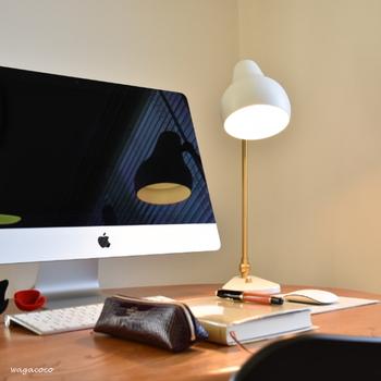 パソコンなどで作業する際に、ライトに背を向ける配置になっていると、手元が案外暗いということもよくあります。シーリングライトでお部屋全体を明るく照らすほか、スポットライトで手元も明るくすると、目の疲れを和らげてくれます。