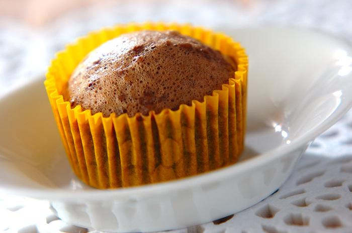 ココア生地に、グランマニエに浸したオレンジピールを加えた、上品で香り高い大人の蒸しケーキのレシピ。上新粉を加えることで、もっちりとした食感に仕上がります。