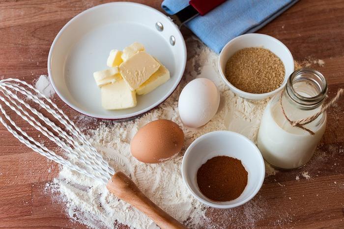 基本の蒸しケーキは、材料もシンプル。小麦粉をベースに、卵や牛乳(豆乳)などを加えて混ぜます。