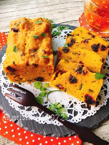 かぼちゃ・りんご・プルーンの甘みで、砂糖は不使用!の体にやさしい蒸しパウンドケーキです。お食事としていただける、ケークサレのような雰囲気。ナイフとフォークでゆったりといかがですか?