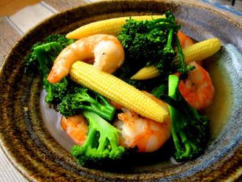 赤・黄・緑とカラフルで食欲をそそりますね。海老の出汁が効いた炒め物です。
