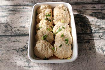 絹ごし豆腐を使ったふわふわの豆腐ハンバーグのレシピ。ヘルシーな具材でダイエット中の人でも安心して食べられますね。タネがやわらかいのでヘラで成形でき、手を汚さずに作れるのも嬉しいポイント。