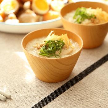 木製のウッドボウルは、和洋中どんな料理でも使いやすいデザインが魅力です。スープや味噌汁用としてだけでなく、朝のヨーグルトや夕食後のスイーツ用にも使い勝手のいいお椀ですね。