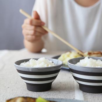 ボーダー柄のモノトーンデザインで、性別や年齢を問わずに使えるシンプルなお茶碗です。サイズが大小と2種類あるので、ご飯を食べる量が違ってもお揃いで使うことができます。