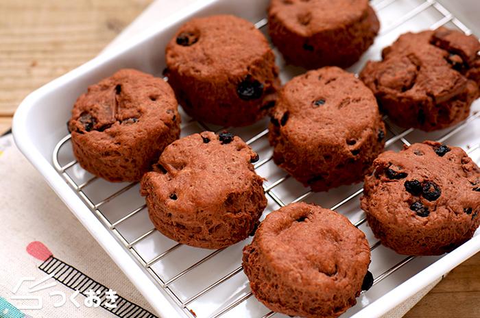 甘さ控えめのココアスコーンのレシピです。板チョコやドライベリーが味のアクセント。お好みで違うドライフルーツに変えてもいいですね。