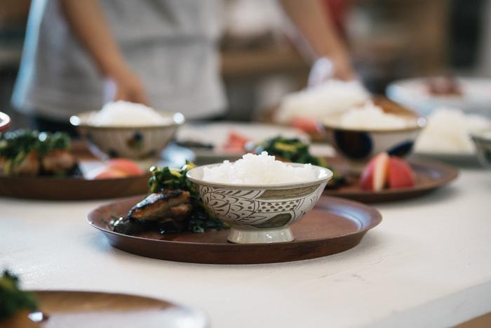 沖縄で300年続く、壺屋焼の窯元「育陶園」。沖縄の素材にこだわりながら、職人の手で一つ一つ作られる陶器は、繊細な美しさが魅力です。魚をモチーフにした白魚文線彫は、一人の職人が文様をえがいているため、生産数限定の人気作品となっています。3サイズ展開で、大きいサイズのものは汁碗や丼もの用にも◎