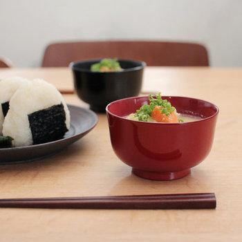 お椀の名産地でもある、秋田県川連の漆器「燻椀」。800年という長い歴史を持つお椀は、時間を掛けて燻製乾燥させる昔ながらの技法で作られています。シンプルで長く愛用できるアイテムなので、家族で使うのはもちろんギフトとして贈っても喜ばれそうです。