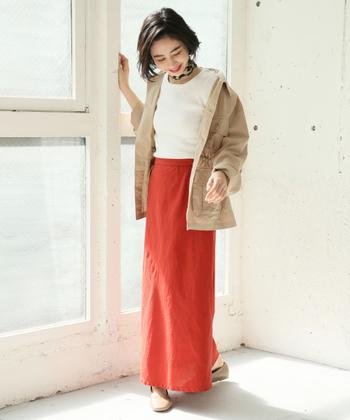 程よいゆとりのあるマーメイドスカートは、大人っぽいコーディネートを楽しみたい女性にもぴったり。白トップスとベージュのライトアウターを合わせて、フェミニン&カジュアルな着こなしに。