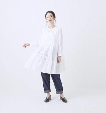 トレンドのティアードチュニックは、甘くなりすぎないデザインを選ぶのがポイントです。「GRANDMA MAMA DAUGHTER(グランマママドーター)」のチュニックは、風に揺れる柔らかいドレープが魅力。フォーマルにも着られる上品なデザインなので、大人の女性にぴったりです。