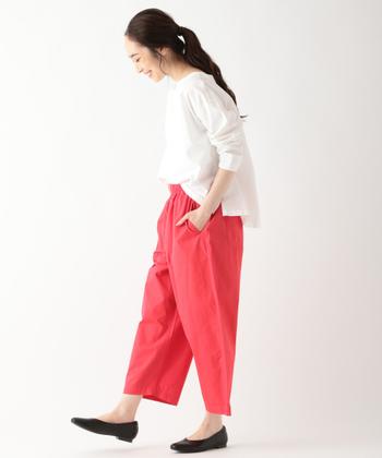 赤のイージーパンツは、ラフながらも女性らしい着こなしを叶えてくれるアイテム。白トップスと黒シューズのシンプルアイテムを合わせて、赤をグッと引き立たせるコーディネートの完成です。