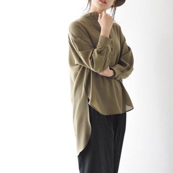 スタンドカラーのシンプルシャツは、前後で丈の長さに差をつけたトレンドライクな一枚がおすすめ。スキニーやワイドパンツなど合わせるボトムスも選ばず、簡単にコーデをセンスアップできます。  旬のとろみ素材とゆったりとしたサイズ感も、頑張りすぎない印象で素敵!