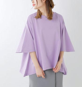 三角形をモチーフにデザインされたスウェットシャツは、たっぷりワイドな女性らしいフレアシルエットと、ボリューミーな袖がポイントです!着るだけでサマになるうえに着心地は楽チン♪思わず色違いで欲しくなる優秀トップスです。