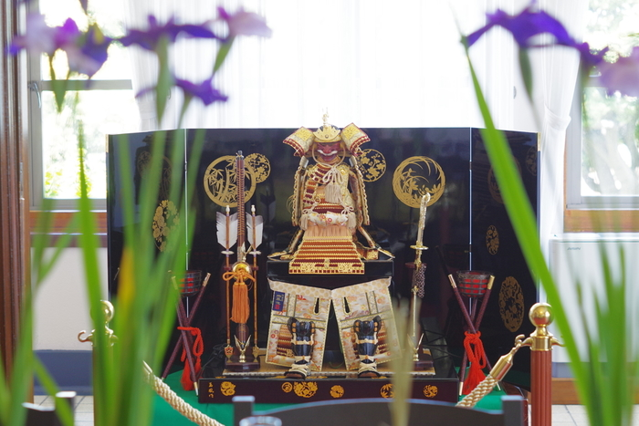 「端午の節句」として知られる5月5日のこどもの日は、男の子が強くたくましく成長することを願って設けられた祝日です。元々は中国の行事でしたが、それが日本に伝えられ、現在の形へと変化したのだそう。お祝いの仕方は地域によっても異なりますが、菖蒲湯に入ったり、こいのぼりや兜、五月人形を飾ったりするほか、当日は親しい人たちを招いて祝い膳でおもてなしします。
