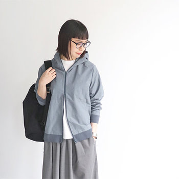 上質なファブリックと丁寧な縫製技術にこだわりを持つ「maillot mature(マチュア)」の一枚。スウェットではなく、揉み洗い加工を施したソフトなコットンタイプライター素材を使っているので、軽くてさらりとした着心地です。リブ編みの袖口と裾口は、シンプルなデザインのアクセントとして効果的◎  ユニセックス仕様の一枚は、あえてロングスカートに合わせるとオシャレ度がアップします。グレーのワントーンコーデでクールに決めて。