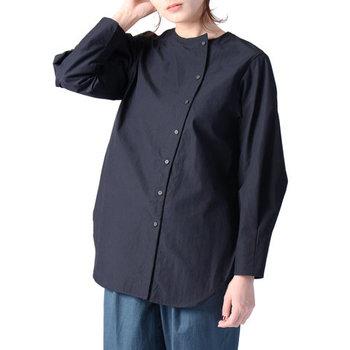 凛とした佇まいのノーカラーシャツは、捻りの効いたフロントデザインがポイント。きちんと感を出しつつも、さりげなく大人の可愛らしさを演出できます。  ワイドなシルエットでシンプルながらも存在感はバツグン。テーパードパンツとサンダルで、足元は軽やかにまとめると◎。