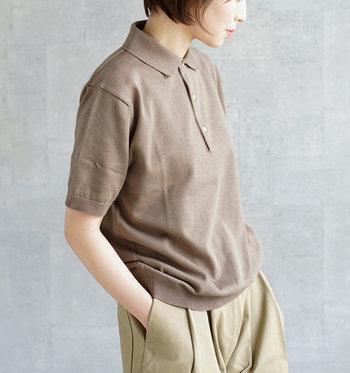 落ち着いたニュアンスのある色味とニット特有の落ち感がエレガントな雰囲気を演出するポロカラーセーター。細番手の糸を使用したハイゲージのコットンニット素材はしなやかな優しい肌触りと心地よいフィット感が魅力。  シンプルなデザインだからこそ、長めの袖丈・少し大きめのスクエアタイプの襟・リブ仕立ての裾&袖口などディテールへのこだわりが光ります。