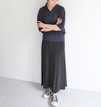とろみ素材のロングスカートもお似合い。カジュアルから大人フェミニンまで幅広いスタイリングを楽しめます。ブルーを選べば、さらにクールでシックな雰囲気に。