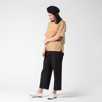 フロントはハリのあるシャツ生地、バックは柔らかなボーダー柄の天竺生地を組み合わせたコンビネーションデザインのTシャツ。シンプルなのにインパクト抜群!コーディネートに迷ったとき、頼りになる一枚です。