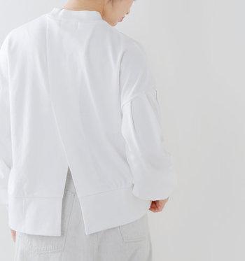 バックシルエットは生地を2枚重ねたようなデザインになっていて、さりげなく目を惹きます。裾はスリットが入ったようなデザインで、カラフルなインナーをのぞかせるレイヤードスタイルにもぴったり。