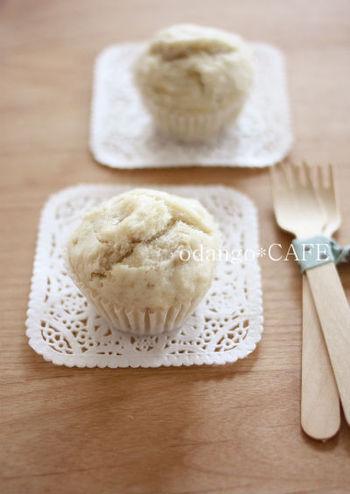 潰れてしまいがちな米粉を使った蒸しパンは、バナナやはちみつなどの少し粘りけのある食材を加えることで膨らみやすくなります。砂糖は使わず、メープルシロップとバナナの自然な甘さを楽しみましょう。