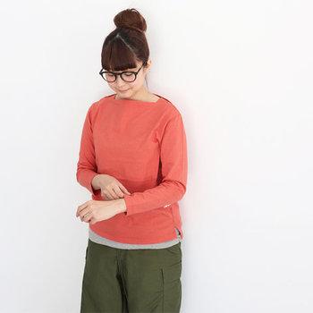 「色で遊びたいけど、派手な雰囲気は苦手・・・」という方におすすめなのがこちら。少しくすみがかったレッドは、柔らかな印象で女性らしさ満点。意外と合わせやすく、ミリタリーパンツなどのアースカラーとも相性バッチリです。グレーのTシャツを重ねるとさらにこなれ感アップ!