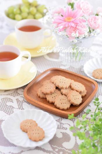 全粒粉を使ったヘルシーなクッキー。サクッとした食感がクセになります。三温糖とはちみつでやさしい甘さに♪クッキーなので日持ちし、作り置きスイーツとしてもぴったり。