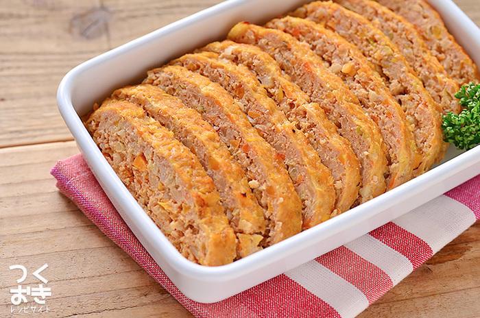 たっぷりの野菜が嬉しいミートローフのレシピです。オーブンでじっくり焼くと余計な脂も落ちるのでヘルシーに仕上がります。調理時間はかかりますが保存期間も長いため、週末に仕込んでおくのがおすすめです。