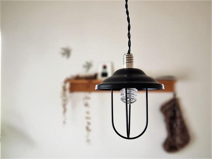 くるりと巻いた電球のラインがとてもカワイイ照明です。ペンダントで食卓の上に吊るしても、壁際にかけて陰影を楽しんでもいいですね。