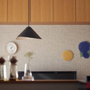 最近は、日本でも全部のお部屋を明るく照らしておく必要はないと考える人も多くなってきました。間接照明を上手に使って、リラックスしたやわらかなムードを作るには、ベースが暗めのお部屋の方が便利なのです。