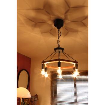 天井にライティングの影が映るのも、屋根裏部屋の雰囲気をアレンジするのにぴったりです。光が当たるところとの距離を作ると、光の濃淡が優しくあらわれます。