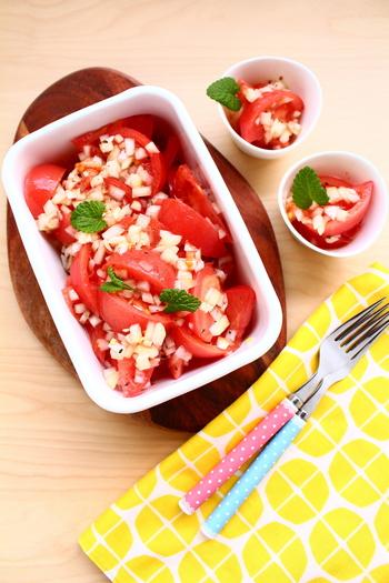 和風、洋風、どんなメニューにも良く合うトマトのサラダ。みじん切りしたシャキシャキの玉ねぎをたっぷりと混ぜ込み、さっぱりとしたヴィネガードレッシングで頂く一品。簡単なのに、ひと手間かけた美味しさです!