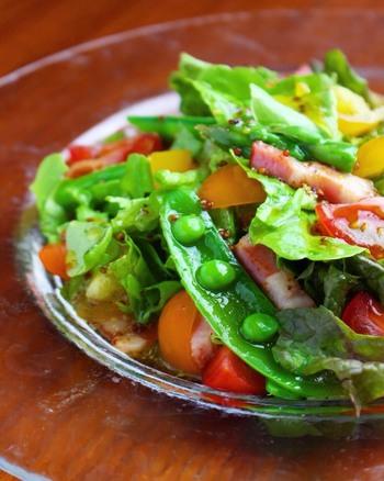 スナップエンドウとお好みの野菜で食べる春野菜の彩りサラダは、サッパリとした中にもコクのあるドレッシングで!春の香りを感じるサラダ、彩りがとってもキレイなので、おもてなしシーンにもぴったりです。