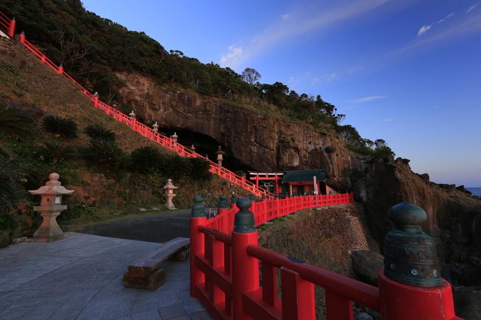 一般的な神社は階段の上に御本殿がありますが、こちらは全国的にも珍しい下り宮。御本殿に行くには、崖に作られた階段を降りていく珍しいつくりになっています。
