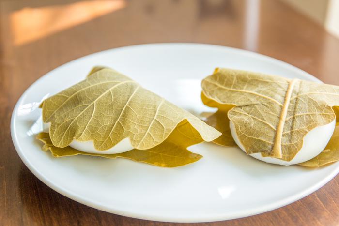 柏餅は、江戸時代から親しまれるようになった日本のお菓子。柏の葉の中にあんを包んだお餅が入ったおなじみの食べ物ですね。柏は、新芽が育つまでは古い葉が落ちない特徴などから、子孫繁栄などをもたらす縁起が良い木といわれています。