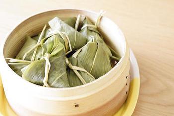 こちらはもち米を使った中華風のちまきです。お食事系のちまきならこちらがおすすめ。笹の葉がない場合には、アルミホイルやラップでも作れますよ。蒸し器がないときには、フライパンで代用できちゃうのも魅力♪