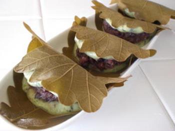 こちらはヨモギ入りの柏餅レシピです。フレッシュなヨモギが手に入らないときには、市販の乾燥ヨモギなどでアレンジしてみてくださいね。あんこはつぶあんがよく合うのだそう♪