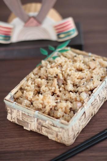 もち米がないときには、切り餅を使う方法もありますよ。炊飯器で作れるので、セットしたら炊けるまで待って後は混ぜるだけ。切り餅が偏らないようによく混ぜましょう。クッキングシートで包めば、お弁当にも生かせますよ♪