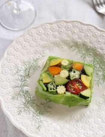 ヤングコーンの淡いイエローは他の野菜にはなかなか無い色味。断面もまるで花のように見えるので、テリーヌに加えるとかわいらしく仕上がります。