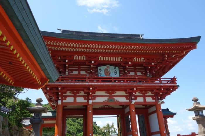 """宮崎・日南にある「鵜戸神宮」。地元では""""鵜戸さん""""と呼ばれ、信仰を集めています。国指定名勝で、自然が美しい景勝地として多くの観光客が訪れるパワースポットです。"""