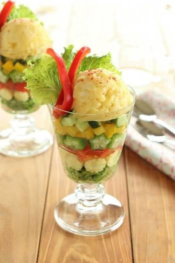 定番のポテトサラダもパフェ仕立てにすればこんなに華やかに!きゅうりやパプリカ、オクラなどと一緒にヤングコーンをきれいに層になるように盛り付けましょう。