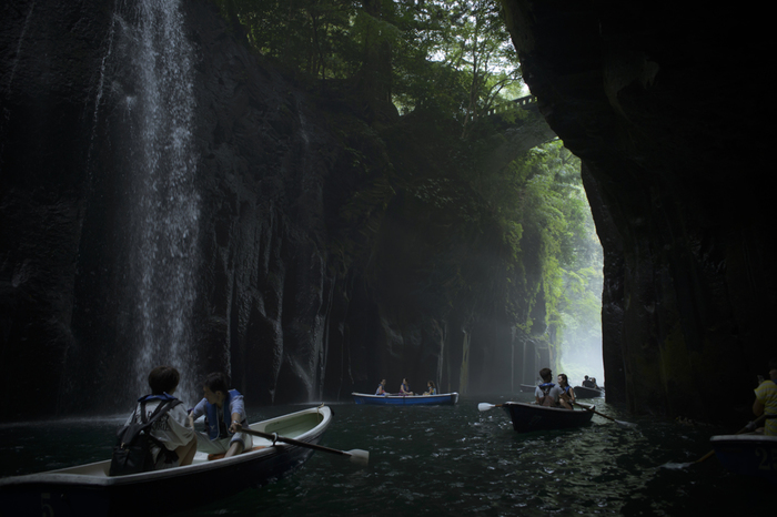 高千穂峡に行ったら、貸しボートに乗るのがおすすめです。峡谷には、日本の滝百選に選ばれた「真名井の滝」があり、高千穂の大自然を満喫できますよ。(雨天などは運休になる場合があるので事前に確認しておくと◎)滝の近くまで行けるため、大自然のパワーをダイレクトに感じましょう!