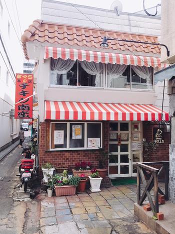 昔ながらのレトロな外観がステキな「おぐら本店」は、宮崎名物タルタルソースのチキン南蛮発祥の有名店です。店舗を増やす際に看板メニューとして作られたそう。