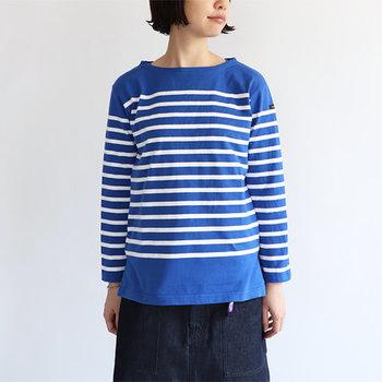 シーズンレスで大活躍するシンプルなボーダーTシャツ。買い足すなら、こんな風にボーダー柄を少しだけ中央によせた一枚を選んでみては?首まわりと裾に余白がうまれるので、すっきりスタイルよく見えます!大人っぽさもプラスされて◎