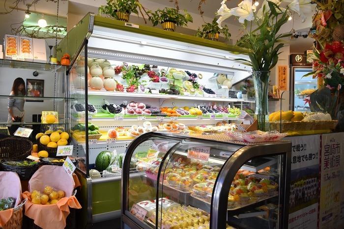 店内の半分が果物店、残りの半分がパーラーになっています。パフェに使うフルーツは切りおきはせず、注文を受けてからカットしています。いつでもフレッシュでみずみずしいフルーツを堪能できますよ◎