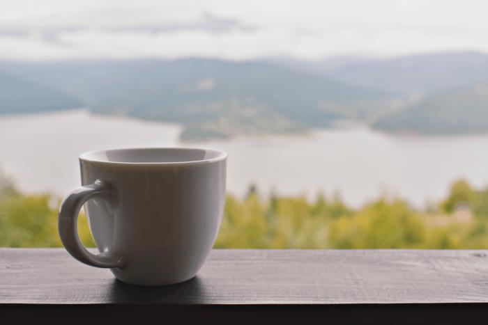 朝起きたとき、ゆっくり時間をかけて飲むことで身体を目覚めさせ、体内を活性化する効果があるとされる白湯(さゆ)。あたたかい白湯は血行を促進するため、むくみや便秘の解消、冷え性の改善なども期待できるとも言われています。 作り方は沸かしたお湯を適温まで冷ますだけなので、誰でも簡単に実践できますね。朝は一杯のコーヒーが習慣という方も、お肌の不調を感じた時は刺激物であるカフェインを避け、胃腸に優しい白湯を試してみませんか?